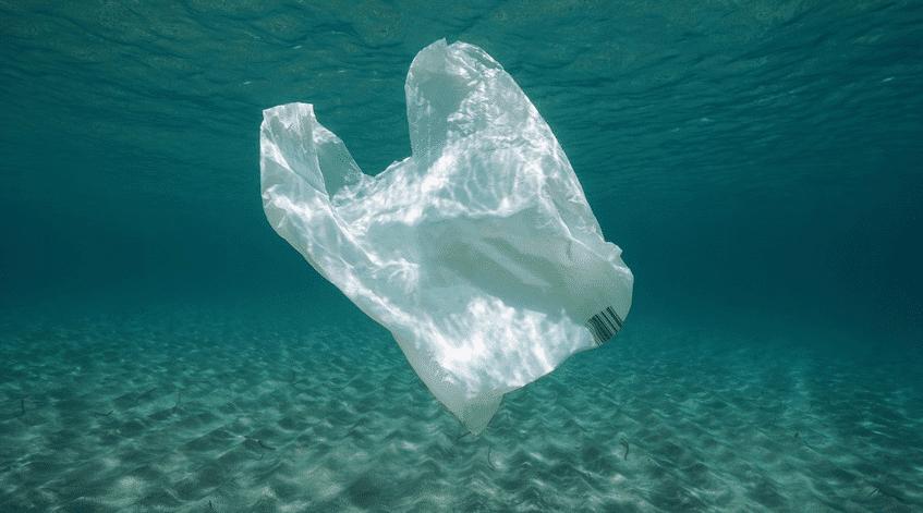 Enfiler combinaison sac plastique
