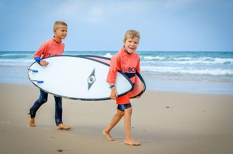 enfant débuter surf